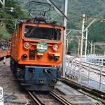 宇奈月ダムの新柳河発電所で列車交換