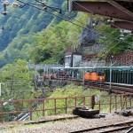 欅平駅出口付近から乗ってきた列車を振り返る