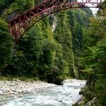 河原展望台から欅平駅近くの豪快な橋「奥鐘橋」を見上げる。橋は遊歩道の一部で、鉄道橋ではない。