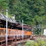 宇名月駅を発車