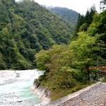美しい黒部川を左手に臨みながら進む