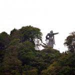 頂上付近に立つ「平和の像」。肉眼ではかなり小さい。車内の観光アナウンスで気が付いた。