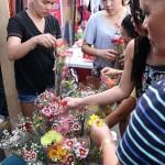 墓前の供える花を買い求める人々。万聖節には価格が数倍に値上がりする