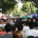 墓地内のメインストリートを進む群衆。左右には屋台が立ち並びお祭りのような雰囲気
