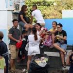 お墓の上でくつろぐ家族。日本だったら罰当たりと怒られそうだがフィリピンではこれが普通である