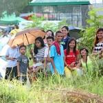 墓参りに訪れたフィリピン人一家。墓前で一家団欒のひととき