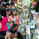 多くの花が添えられたアパート型の墓場。お供えするのも一苦労
