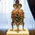カール・ファベルジェの宝飾芸術を紹介するファベルジェ博物館で展示されているインペリアル・イースター・エッグ。ロマノフ王朝の皇帝ニコラス二世のために作られ、ニコライ二世から妻、アレクサンドラ皇后に送られたエッグ「スズラン」1989年作