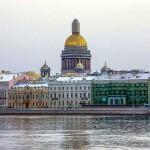 ネヴァ川岸の美しい建物。黄金のドームの建物は聖イサアク大聖堂