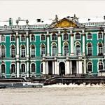 ネヴァ川岸に建つ世界三大美術館の1つエルミタージュ美術館。300万点を所蔵する世界屈指の美術館