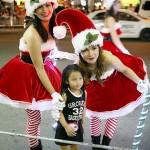 マニラ首都圏パサイ市にある巨大ショッピングモールでのクリスマスパレード。子供たちに人気のサンタのお姉さん