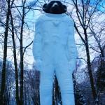 公園のなかを歩いていると巨大な猿の宇宙人のモニュメントが立ちはだかる