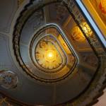 リガのアール・ヌーヴォー美術館の扉を開けると何段にも上へと連なる階段:幻想的な風景を醸し出している。