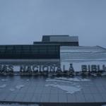 雪の被さったラトビア国立図書館を目の前にして