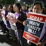 死刑反対のプラカードを掲げる参会者