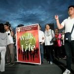 横断幕を広げて行進する参加者たち
