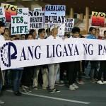 横断幕を広げて行進する学生グループ