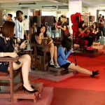 実際に座れるイスのアートは女性に大人気