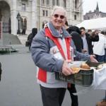 無料で出来立てパンを配布するハンガリーのおじいさん