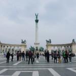 沢山の観光客でざわめく英雄広場