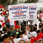 ドゥテルテ大統領の麻薬や貧困、汚職に対する戦いを支持するプラカード