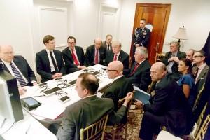 6日、米フロリダ州パームビーチの別荘マールアラーゴで、テレビ会議システムを通じ、シリア攻撃に関する国家安全保障チームの説明を受けるトランプ大統領ら(AFP=時事)