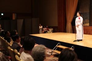 式典であいさつするバザー委員長のホアン・ティ・ミン・ハー駐日ベトナム大使夫人(右)=19日、東京都港区のホテル