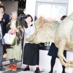 肉食恐竜「アロサウルス」が新入社員を襲う?