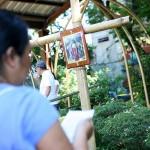 十字架の前でパバーサを行う女性