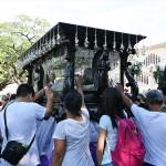キリストの聖体のレプリカに群がる人々