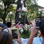 マリア像も大人気。記念写真を撮る人々