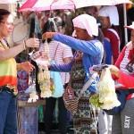 パバーサに使う小冊子やサンパギータという花を売る女性たち
