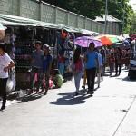 教会周辺は雑貨や衣料品を売る屋台が並ぶ