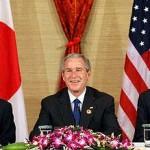 左から盧武鉉氏、ブッシュ氏、安倍首相