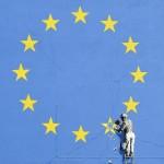 社会を風刺した壁画が出現、欧州旗に亀裂