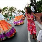 パレードと一緒に踊る路上生活者の少女
