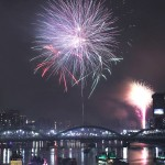 東京の夜空を彩る夏の風物詩、隅田川花火大会