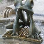 街中の大きな噴水のさきにある蛙の銅像