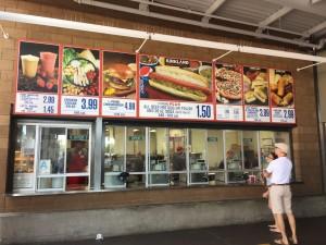 コストコのフードコート。メニューには定番のホットドッグに、1/3ポンド・チーズバーガーを4.99ドルで販売している。