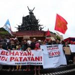 ピープルズパワー記念碑前に集結した参加者たち