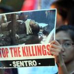 超法規的殺人に反対するプラカードを掲げる参加者