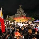 悪天候にも関わらず夜まで抗議活動は続いた
