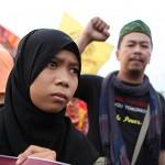 集会を見守るイスラム教徒の少女