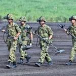 演習開始前に金属探知機でチェックする隊員ら  (8月24日撮影)
