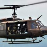 偵察用オートバイを乗せ侵入するUH-1  (8月24日撮影)