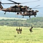 UH-60からリペリング降下する隊員ら (8月24日撮影)
