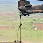 CH-47ヘリコプターから降下する隊員ら (8月24日撮影)