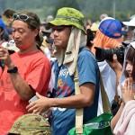 演習終了後、装備品を見ようと待機する一般見学者ら  (8月24日撮影)