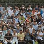 大きな砲撃音で見せる見学者らの表情も様々 (8月27日撮影)