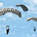 自由降下を行う空挺隊員ら(8月27日撮影)